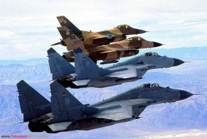 Mit amerikanischen F-16 der Agressorstaffel über dem Übungsgelände der Nellis AFB bei Las Vegas